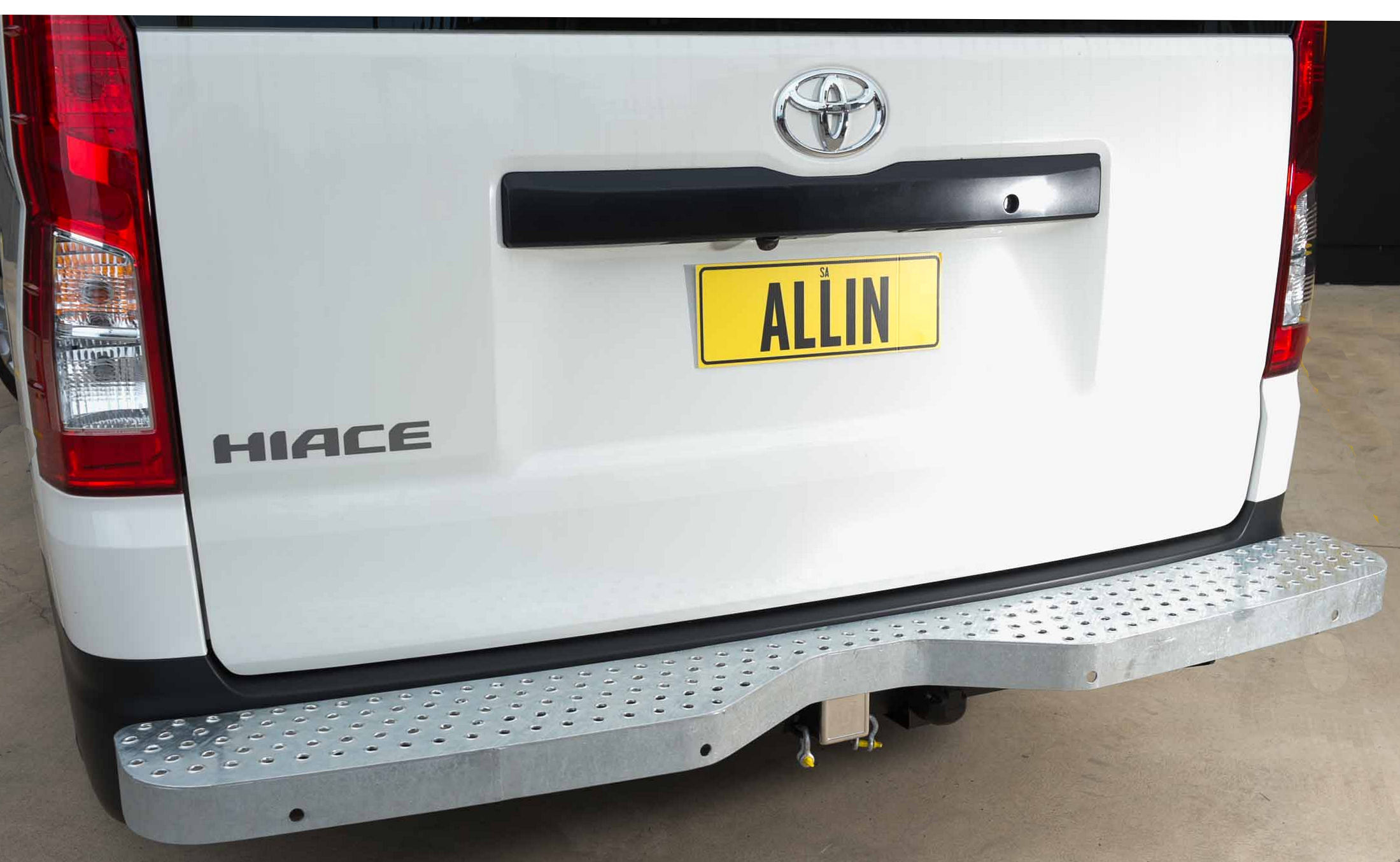 TOYOTA HIACE TOWBAR AND STEP